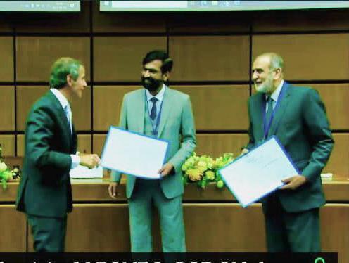 این آئی اے بی کے ڈاکٹر کاشف ریاض خان ، پی اے ای سی ، ڈی جی آئی اے ای اے ، رافیل ماریانو گروسی سے نوجوان سائنسدان ایوارڈ وصول کر رہے ہیں ، آسٹریا کے ویانا میں آئی اے ای اے کے 65 ویں جی سی کے دوران